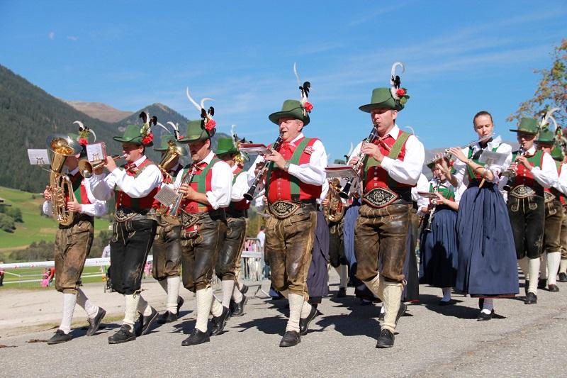 Traditionen werden in Südtirol im Hotel Alpenfrieden groß gefeiert. Bild: TVB Kronplatz